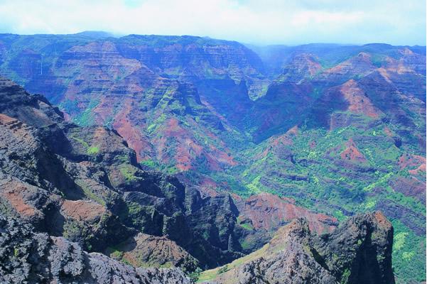 起伏に富んだ岩山群 ワイメア渓谷州立公園