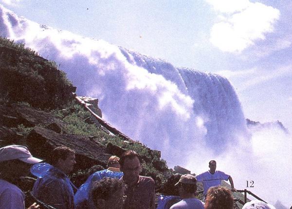 流れ落ちる滝を見上げる プロスペクト・ポイント
