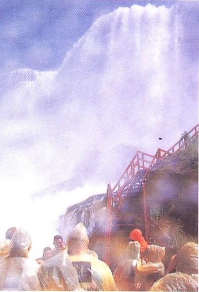 滝の真下を歩く 風の洞窟ツアー